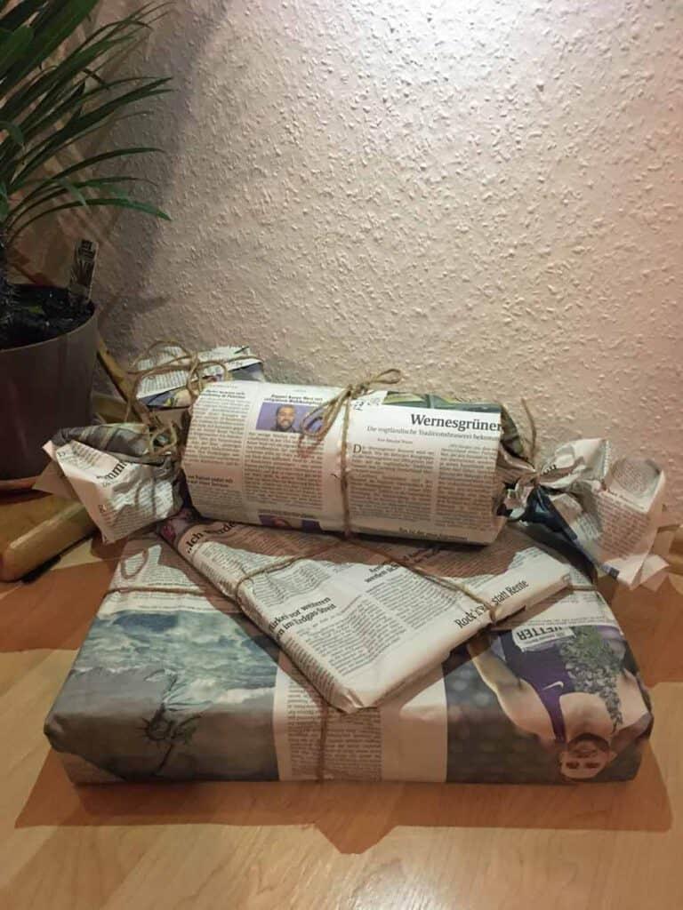 nachhaltige Geschenkverpackung mit Zeitungspapier